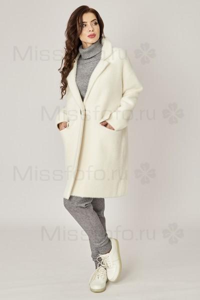 Белое пальто с глубоким V-образным воротом