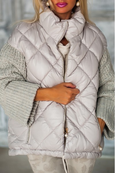 Бежевая куртка с вязанными рукавами