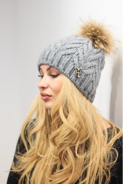 Серая шапка с логотипом бабочка