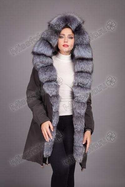 Зимняя женская парка серого цвета с мехом чернобурки